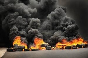 9691407-explosi-n-y-llamas-ruedas-causando-la-contaminaci-n-y-el-humo-oscuro-enorme