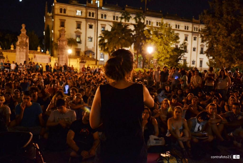 Asamblea nocturna en el patio del Rectorado de la US.